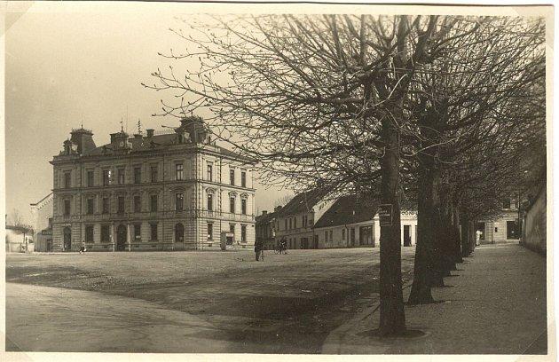 NA SNÍMKU náměstí je vidět i tehdejší hostinec. Při pozorném zkoumání můžete objevit na štítu domu stojícího vpravo od radnice nápis HOSTINEC.