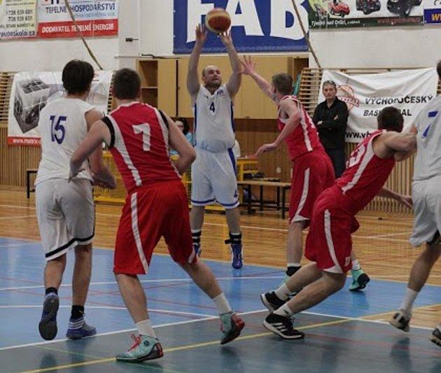 OKRESNÍ DERBY. Basketbalisté Rychnova nad Kněžnou (v bílém) i ve druhém vzájemném utkání letošního ročníku Východočeské ligy podlehli sousedům z Týniště nad Orlicí.