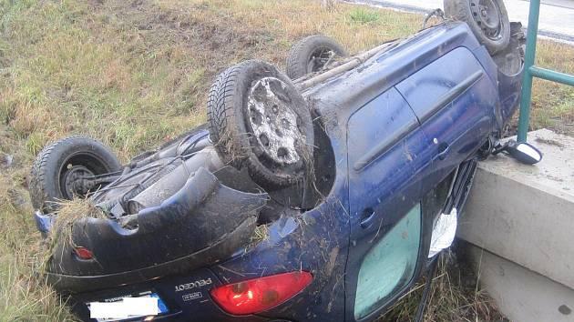 Havárie osobního automobilu u Běstvin.