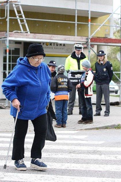 """BEZPEČNĚJŠÍ PŘECHODY. K celorepublikové dopravně bezpečnostní akci """"Zebra se za tebe nerozhlédne"""" se připojili také rychnovští policisté."""
