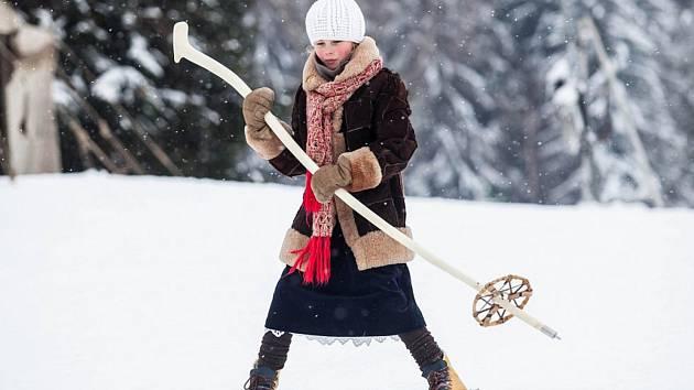 Na závodě jsou dovoleny pouze dřevěné lyže.