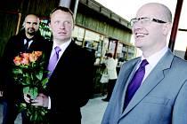 Bohuslav Sobotka spolu s kandidátem do Evropského parlamentu Miroslavem Pochem rozdávali na týnišťském nádraží oranžové růže (fotografie vpravo nahoře), co lidi v okrese trápí je prý velmi zajímá. Setkání se zúčastnil například také radní pro dopravu Kar