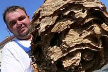 Deratizátor Libor Charvát se sršním hnízdem.