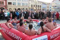 Na dobrušském náměstí propagovali plavání v ledové vodě otužilci z východních Čech, Polska a Slovenska.