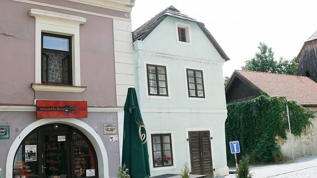 Letopisecká komise nemá samostatný snímek domu čp. 35. Je vidět pouze na pohlednici z roku 1936 – druhý dům na levé straně ulice. Dnešní podobu získal citlivou adaptací z roku 1991.