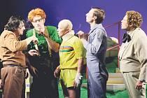 Příběh party pěti chlapců se před diváky odehraje hned dvakrát.