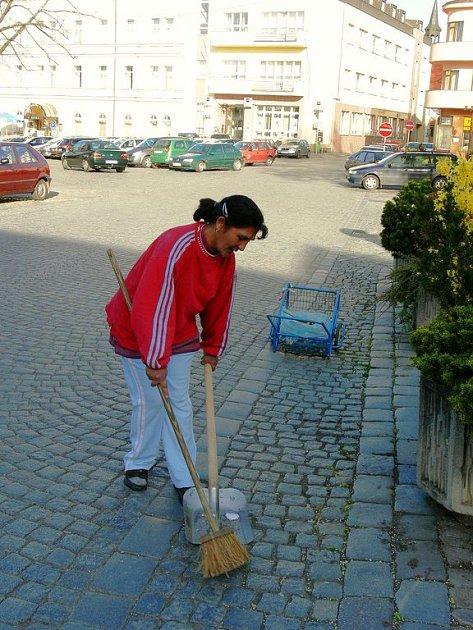 ZAMĚSTNANCI NA VEŘEJNĚ PROSPĚŠNÉ PRÁCE  mají v Rychnově nad Kněžnou na starost i úklid Starého náměstí. Z centra města pak každý den postupují do vzdálenějších čtvrtí.