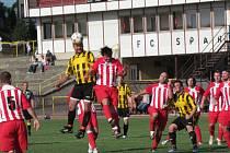 FOTBALISTÉ rychnovské rezervy porazili v sobotním utkání na domácím trávníku dvougólovým rozdílem Petrovice