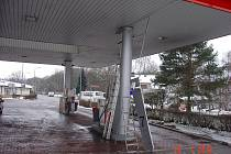 Šofér vyjížděl od benzinky. Návěsem však poškodil jeden ze stojanů