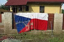 Voda, bláto a velká spoušť. Dolní Beřkovice patřily k obcím, které se z následků povodní budou vzpamatovávat dlouhé týdny. První bylo potřeba veškerý zničení nábytek a spotřebiče odklidit a začít s vyčištěním a vysoušením domů.