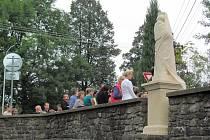 Na mostě v Kvasinách byly slavnostně odhaleny sochy.