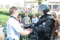 MEZI DĚTI ZE ZÁKLADNÍ ŠKOLY V DOBŘANECH zavítali policisté, aby jim přiblížili svou práci