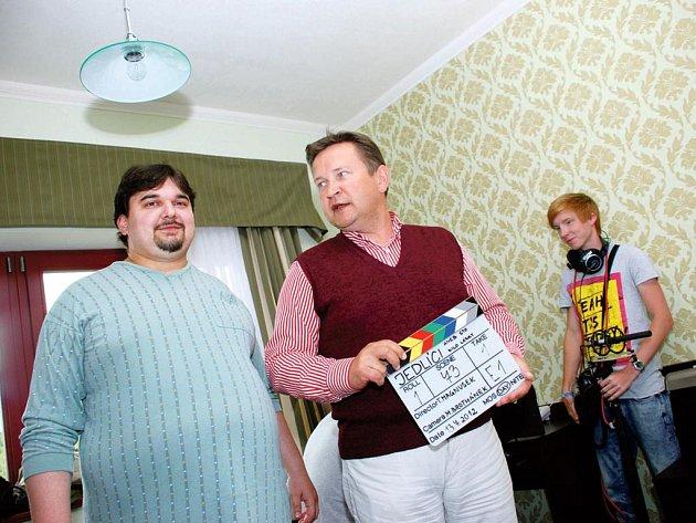 Režisér, producent a herec Tomáš Magnusek (na snímku vlevo) začal včera v Rychnově natáčet filmovou komedii Jedlíci aneb Sto kilo lásky.