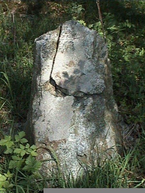 KÁMEN S KALICHEM.  Odkud se vzala památka, která stojí na okraji lesíka mezi Bohadšínem a Ohnišovem?