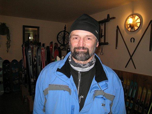 Bohumil Flégl, závodník ve skibobech za Skibob klub Dobruška, kategorie senioři a prodejce lyžařského vybavení v Kounově.
