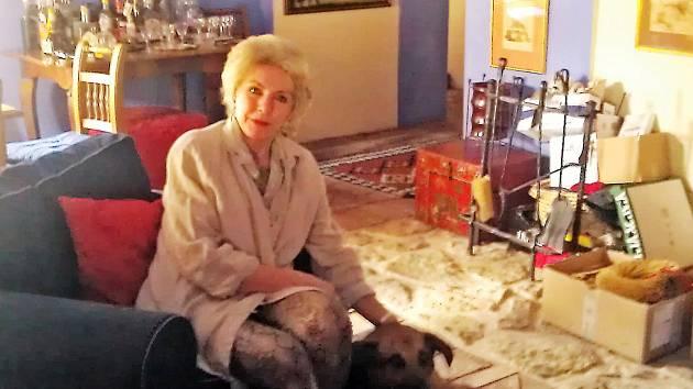 VE SVÉM DOMĚ se svým psem. Místo, které má hraběnka v Opočně nejraději. Tady se cítí spokojená.