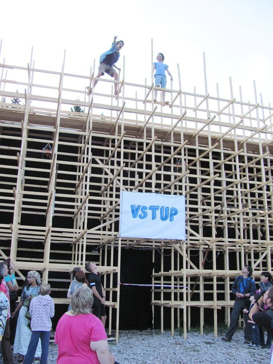 FESTIVAL byl zahájen slavnostní prohlídkou dřevěného divadla. Návštěvníci mohli vylézt až na střechu.