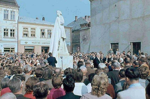 Odhalení sochy F. L. Věka z roku 1962.