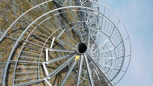 Stavba další rozhledny v Orlických horách finišuje.
