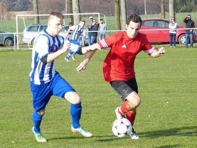 V okresním derby fotbalisté Ohnišova zdolali kosteleckou rezervu 3:1. Na snímku se domácí Jan Macek (vpravo) snaží uniknout hostujícímu Lukáši Krupkovi.