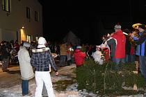 SVÁTEČNÍ  ATMOSFÉRU v Křovicích u Dobrušky naladilo zpívání u kapličky, které ve středu 22. prosince připravil místní Sbor dobrovolných hasičů.
