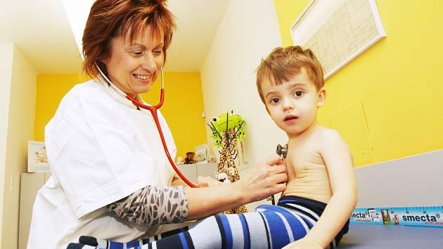 MEZI PACIENTY S CHŘIPKOU PŘEVAŽUJÍ v současnosti děti školního a předškolního věku. Nemoc si ale nevybírá a není nic výjimečného, že do stavu nemocných přejde celá rodina.