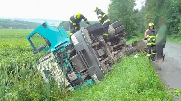 Havárie nákladního vozidla u Doudleb nad Orlicí.