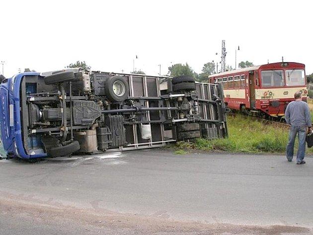 Předběžná škoda je vyčíslena na 455 tisíc korun. Nehodu vyšetřuje Policie ČR a Drážní inspekce.