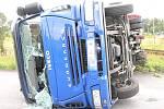 Řidič nákladního vozu, který převážel panely, přejížděl v úterý po poledni přes nechráněný přejezd v Borohrádku a nedal přednost projíždějícímu motorovému vlaku. Vůz skončil na boku, řidič byl lehce zraněn. Škoda je více než půl milionu korun.