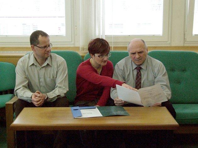 ZE SCHŮZKY Barbory Kholové, vedoucí probační a mediační služby Rychnov s vedoucím rychnovské policie Zdeňkem Hlaváčkem (vpravo) a jeho zástupcem Vladimírem Vachem.
