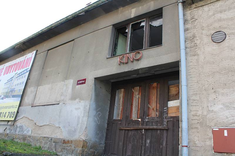 Bývalé solnické kino připomíná už jen nápis.