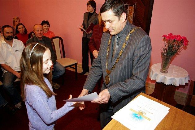 Starosta Petr Tojnar gratuluje moderní gymnastce Sabině Hajdúchové.