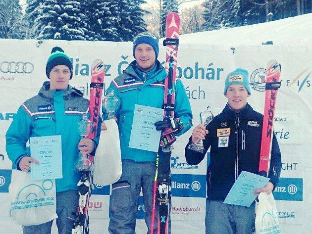Sjezdař TJ Sokol Deštné v Orlických horách Tomáš Klinský (zcela vpravo) vybojoval v Českém poháru Allianz v Albrechticích v Jizerských horách 3. místo v obřím slalomu.