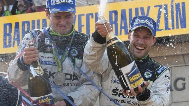 OSLAVA TRIUMFU. Jan Kopecký (vlevo) a Pavel Dresler se radují z prvenství na letošní zlínské Barum rallye.