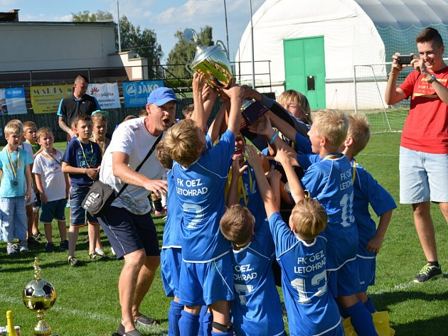 Mladí fotbalisté z Letohradu se těší z cenné putovní trofeje.