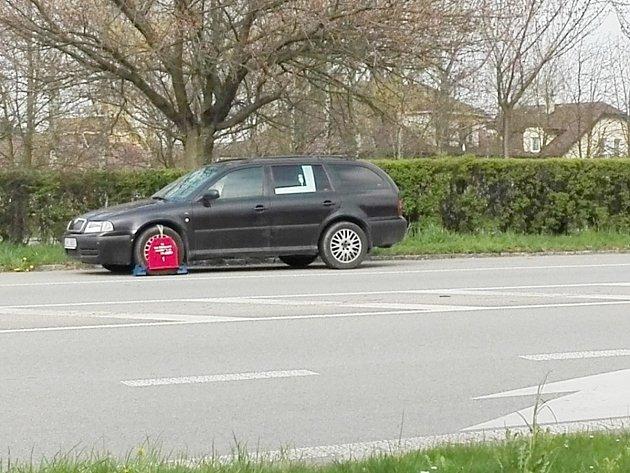 Řidič musel neplánovaně zastavit u kruhového objezdu, auto tam stojí už několik dní.