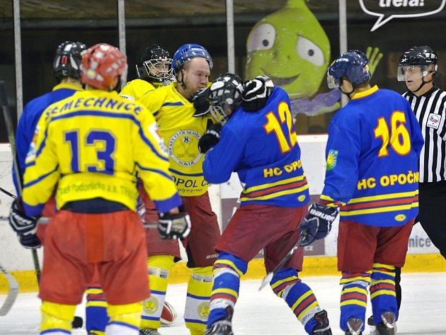 ŠARVÁTKA. Okresní hokejové derby nabídlo vedle dvanácti branek rovněž řadu soubojů a potyček. Trestná lavice tak byla často obsazená.