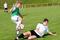 Rychnovský fotbalista Roman Zajíček (na zemi) se snaží zastavit akci jednoho z jičínských protihráčů. Z těsné výhry se nakonec radovali svěřenci trenéra Jana Čermáka.