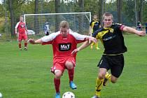 TŘI BODY získali ohnišovští fotbalisté v minulém utkání s Černilovem (na snímku vlevo Lukáš Khun v souboji s hostujícím Jakubem Huškem), zítra je čeká okresní derby v Přepychách.