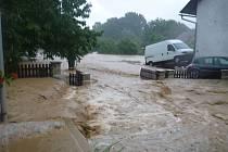 Deště zaplavily také obec Ježkovice.
