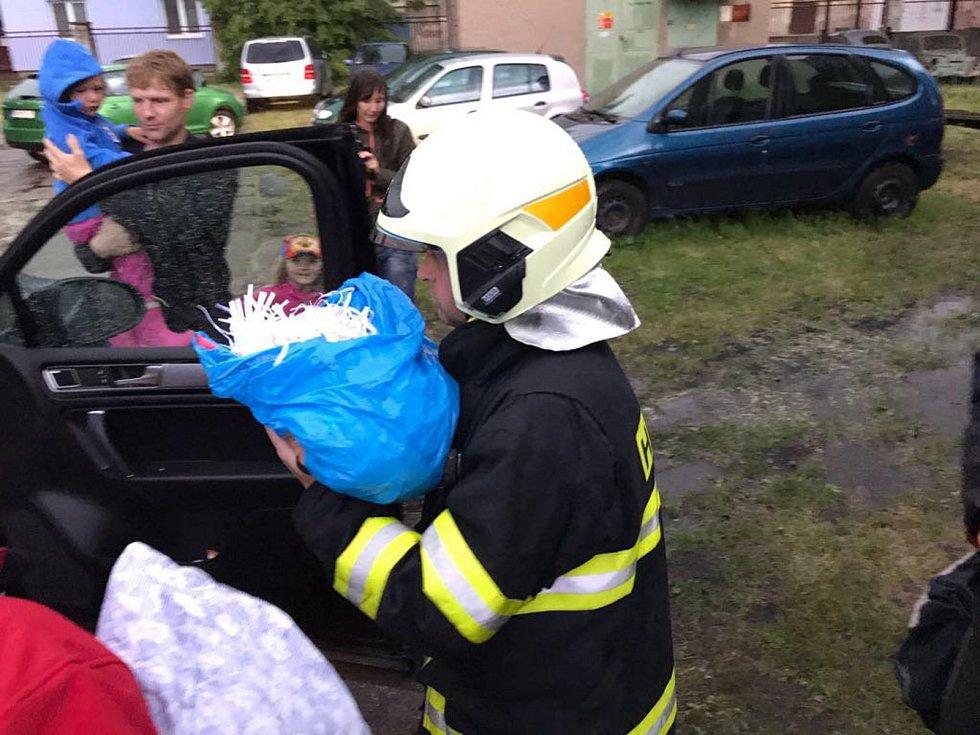 O záchranu neúplné čapí rodiny se postarali hasiči z Nového Města nad Metují.
