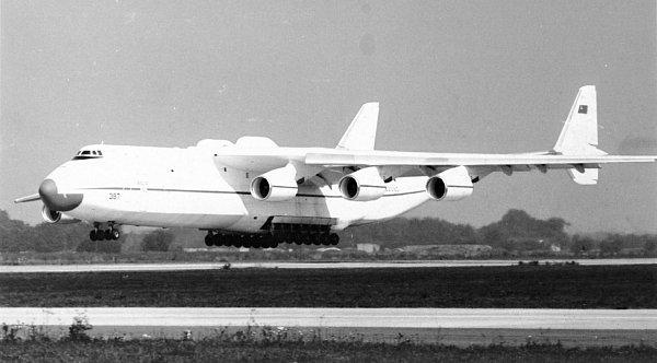 SNÍMEK ZTREZORU. Pavel Štěpán zDobrušky tajně vyfotografoval krátce před sametovou revolucí vzáří 1989dva důstojníky vkabině největšího letadla světa.