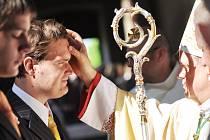 ZCELA ZAPLNĚNÝ ZÁMECKÝ CHRÁM Nejsvětější trojice přihlížel nedělnímu biřmování, jehož se v Rychnově nad Kněžnou účastnila i skupina mladých lidí