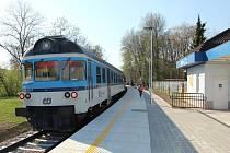Kostelecká železniční zastávka už je v novém.