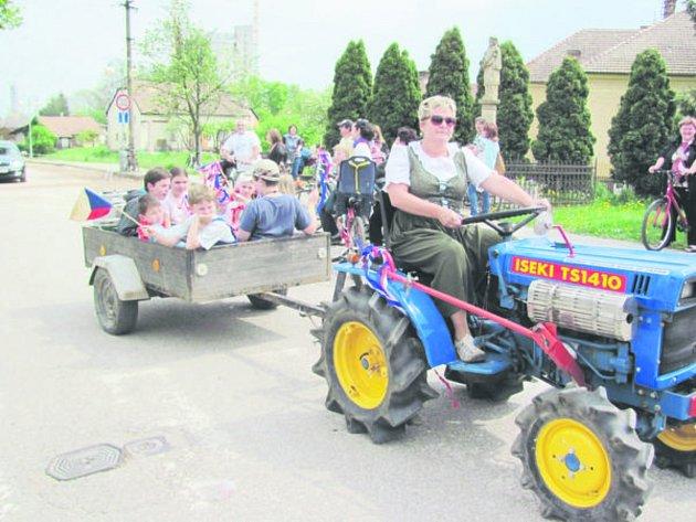 Meziříčský průvod ovládl celou obec, vsí  jezdila technika. Rozličné traktory fungovaly ve čtvrteční odpoledne jako alegorické vozy. Nejeden hospodář se tak mohl pochlubit s naleštěnou technikou, kterou má doma.