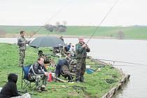 NEJČASTĚJI VYTAHOVALI RYBÁŘI kapry. Zastoupeny ale byly i další druhy ryb. Soutěž byla ukončena ve 14 hodin. O pohodu rybářů se starala osádka dřevěné restaurace.