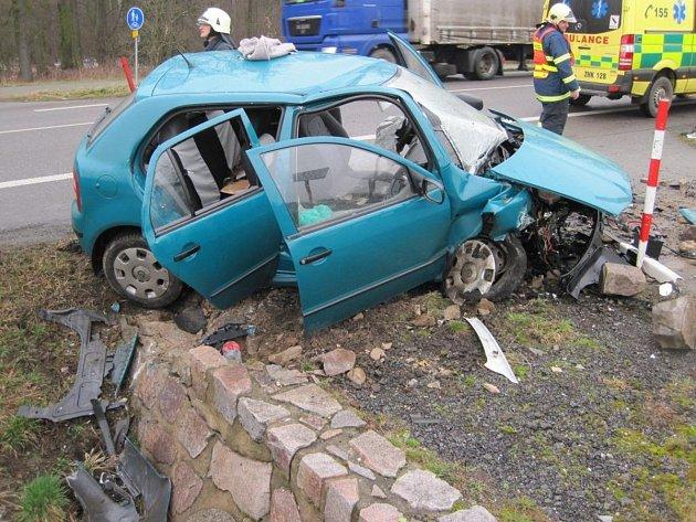 Řidič fabie narazil do mostku, utrpěl zranění a byl odvezen do Fakultní nemocnice v Hradci Králové.