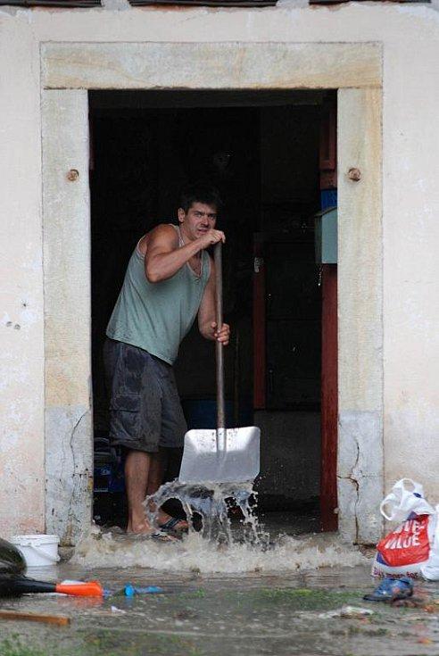 PŘÍVALOVÝ DÉŠŤ vytopil v pondělí 5. září 2011 odpoledne Rybnou nad Zdobnicí
