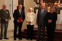 ŘEDITEL kostelecké základní školy Jiří Němec (druhý zleva) po boku Běly Jensen a kardinála Dominika Duky (úplně vpravo).