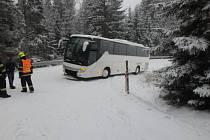 Vyproštění autobusu komplikovala ucpaná silnice.